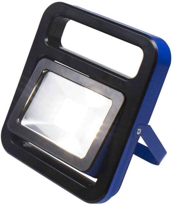 as - Schwabe Chip-LED Akku Strahler – 10 W Profi Baustrahler mit klappbarem Gestell – LED Spot Arbeitsleuchte – Mobile LED Leuchte für Außenbeleuchtung – Li-Ion Akku austauschbar – IP54 - Blau I 46471